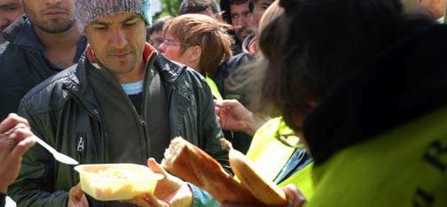A Calais, La Belle Etoile arrête ses repas le midi : une journée au coeur des migrants (recyclage)