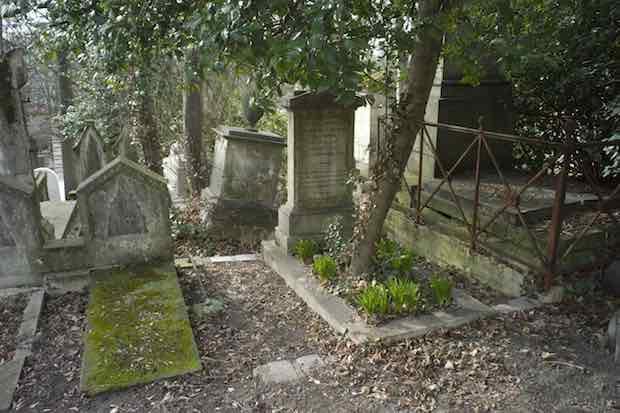 Crédit photo : Alexandre Vialle sur Commons Wikimedias (http://commons.wikimedia.org/wiki/File:Cimetière_du_Père-Lachaise,_Paris,_France.jpg)