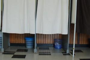 Trucs et astuces des candidats lors des tournées des bureaux de vote. Jeter un coup d'oeil dans les poubelles pour voir les bulletins de vote délaissés. Marche aussi avec la pile de bulletins à l'entrée.