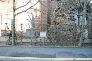 Eh non. On a guetté, mais Bruno Ficheux n'a pas osé se garer sur la place de parking réservée au prêtre.