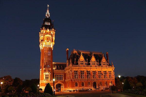 """Et qu'avons-nous choisi comme illustration ? L'hôtel de ville de Calais bien sûr ! <a href=""""https://commons.wikimedia.org/wiki/File:Hôtel_de_ville_de_Calais.JPG"""""""