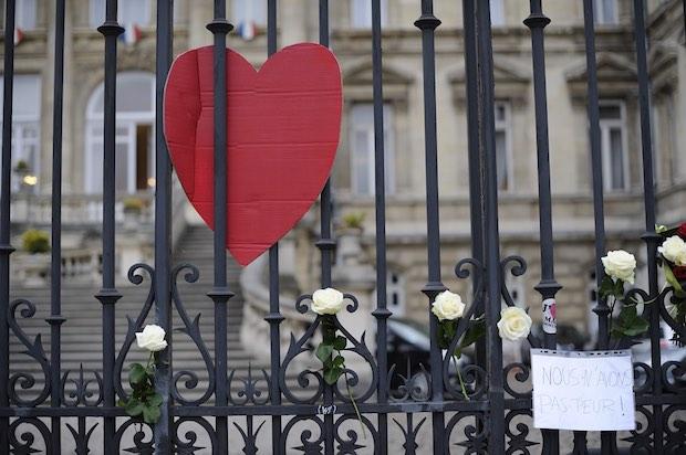 Grilles de la Préfecture, place de la République à Lille, pendant le rassemblement d'hommage aux victimes des attentats de Paris. Photo : Stéphane Dubromel.