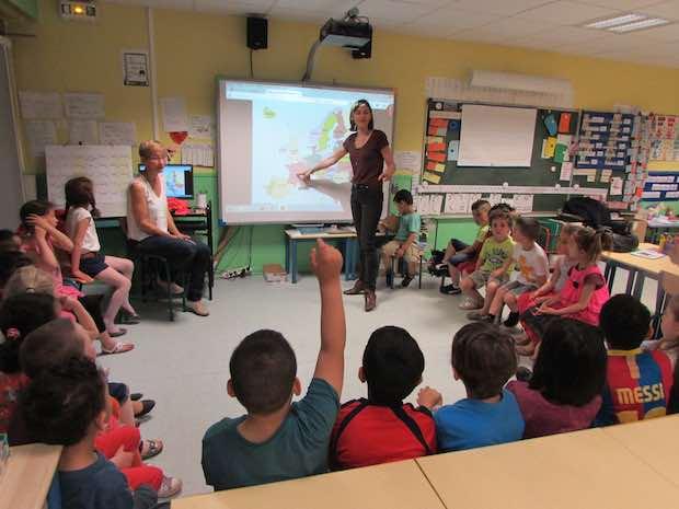 Estelle Poidevin, expliquant l'Europe aux écoliers de Moulins. Crédit photo Dailynord.