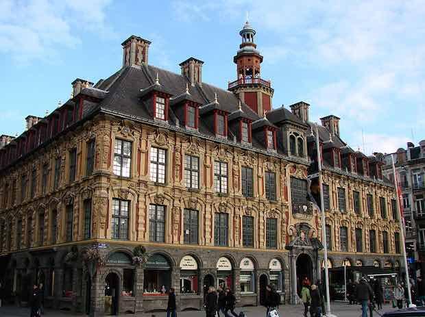 Une photo de la Vieille Bourse de Lille, prise en 2008. Crédit photo Wiki Commons.